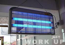 工場内の電撃殺虫器も複数設置。